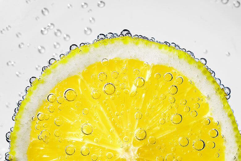 Fruchtsäure wie Zitronensäure bei kosmetischen Behandlungen im Kosmetikstudio